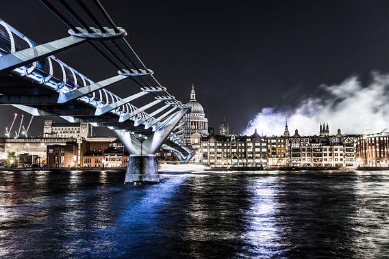 Wobbly Bridge in London van Gerry van Roosmalen