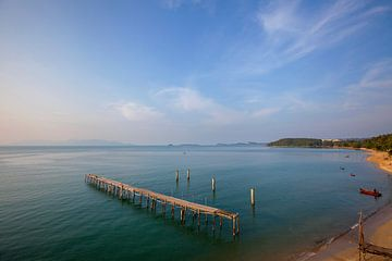 Tropisch strand met een prachtige blauwe lucht op Koh Samui. Eiland in Thailand van Tjeerd Kruse