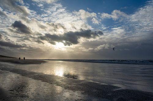 Ondergaande zon aan het strand