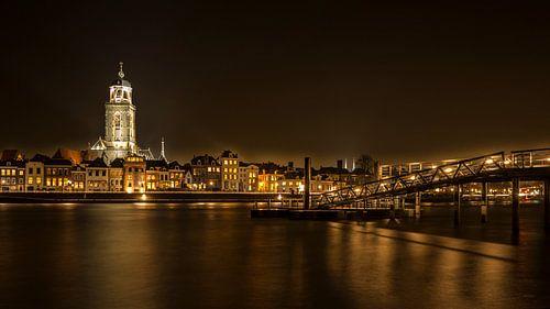 Skyline van Deventer bij nacht van