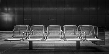 Metallstühle in der U-Bahn-Station Hamburg Uberseequartier von Jenco van Zalk