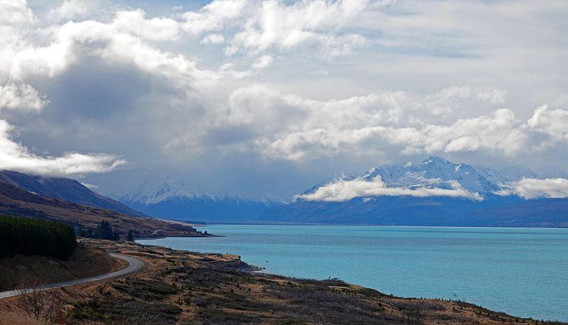 Blauwe Pukaki meer in Nieuw Zeeland van Aagje de Jong