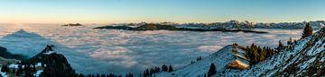 Op de Grünten met uitzicht over de zee van wolken naar de oostelijke Allgäuer Alpen van Leo Schindzielorz