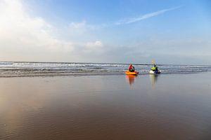 watersporters met kano langs de vloedlijn van