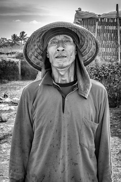 Indonesische man die bakstenen maakt van Robert Oostmeijer