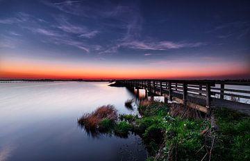 Houten brug naar zonsondergang