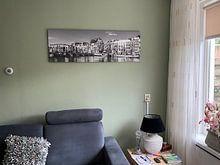 Photo de nos clients: Panorama Magere Brug et les bateaux-maisons à Amsterdam / noir et blanc sur Werner Dieterich, sur toile