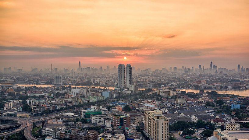 Zonsopkomst een vroege ochtend in Bangkok van Jelle Dobma