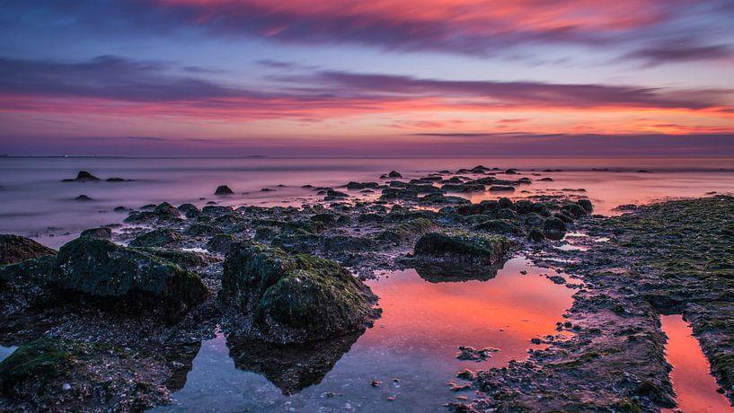 Op het strand met Magisch licht bij zonsondergang van Marco Schep