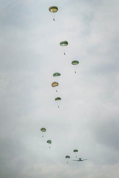 Parachutisten in de lucht