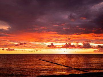 Stille. Sonnenuntergang am Meer mit Buhne von Max Steinwald