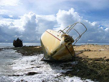 Scheepswrakken op de kust van Klein Curaçao van Ronald Gorter