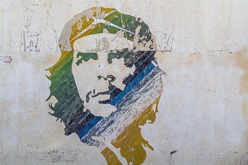 Vervaagde muurschildering Che Guevara in Havana Stad van Jan van Dasler