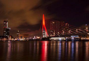 Erasmusbrug Rotterdam kleurt Oranje van