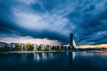 ECB in een onweersbui, een unieke stormwolk boven Frankfurt en de Europese Centrale Bank. een ongelo van Jan Wehnert