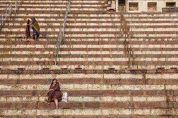 Indische Frau am Flussufer des Ganges bei Sonnenschein in Varanasi, Indien von Tjeerd Kruse