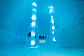 Slaapkamer met de hand uit ijs gehakt in het IceHotel in Jukkasjärvi in Zweden van Henk Vrieselaar