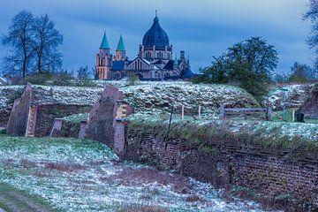 Le Frontenpark de Maastricht à l'heure bleue avec vue sur l'impressionnante église Lambertus.
