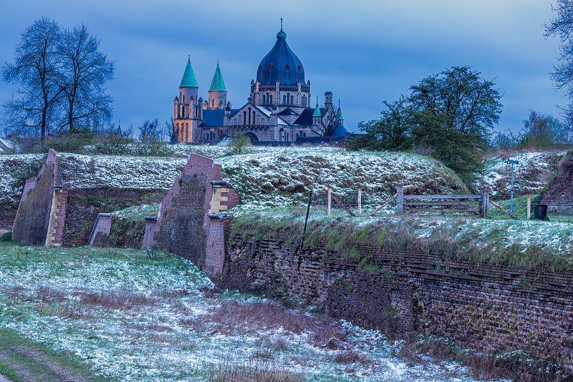 Het Frontenpark in Maastricht tijdens het blauwe uur met zicht op de indrukwekkende Lambertuskerk van Kim Willems