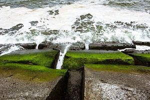 Golfbrekende stenen langs de zee kust van JWB Fotografie