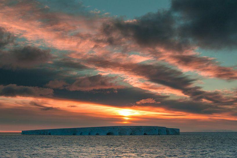 Sunset - Antarctica van Eefke Smets