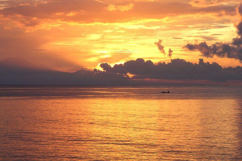 Zonsondergang op Bali, Indonesie van Inge Hogenbijl