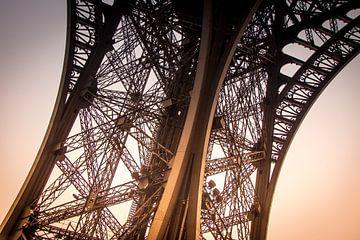 Zijaanzicht van een van de pilaren van de Eiffeltoren van Suzanne Schoepe