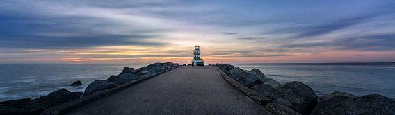De vuurtoren van IJmuiden bij zonsondergang