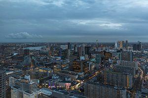 De skyline van Rotterdam tijdens het blauwe uurtje