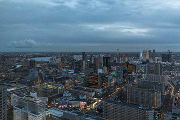 De skyline van Rotterdam tijdens het blauwe uurtje van