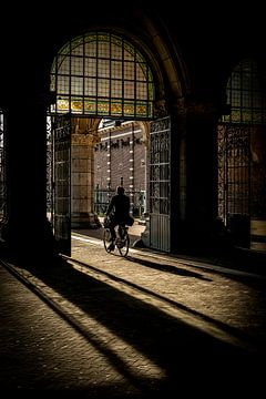 Cycliste sous le Rijksmuseum sur Mick de Jong