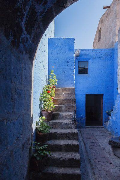 Doorkijkje met trap  Santa Catalina klooster Arequipa, Peru van Martin Stevens