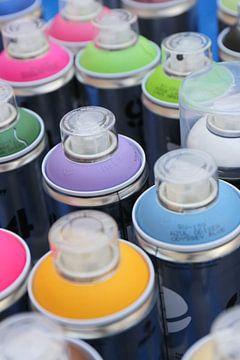 Verschillende kleuren graffiti spuitbussen van Shot it fotografie