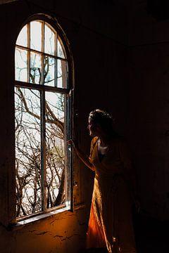 Frau vor dem Fenster der Geisterstadt Kolmanskop von Maartje Kikkert