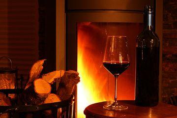 Wijn bij open haard sur Marc de Vries