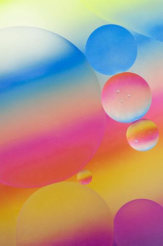 Zuurstokkleurige oliedruppels van