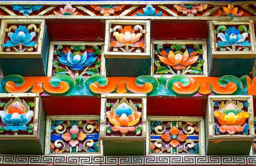 Keramische versiering in het Sera Klooster, Tibet van Rietje Bulthuis
