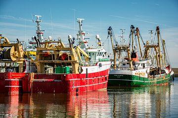 Vissersschepen in de haven. van Scheepskijker_Havenfotografie