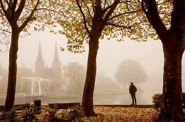 Oostpoort in de herfst mist van Gerhard Nel