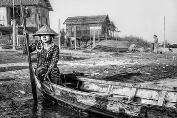 Fille exploite le traversier sur la rivière à Mandalay. À divers endroits dans Mandelay devraient fa sur Wout Kok