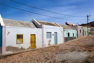 Straat met kleurrijke huisjes en wasgoed in Bofareira op het eiland Boa Vista in Kaapverdië van Peter de Kievith Fotografie