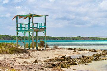 Houten uitkijktoren op het strand bij Sorobon Beach op het eiland Bonaire van Ben Schonewille