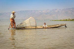 Traditionele Birmese visser en kind