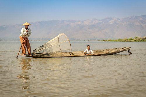 Traditioneller birmanischer Fischer und Kind von
