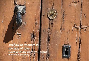 De wet van vrijheid is de weg naar liefde. van Cora Unk