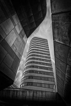 Parktoren und Rijntoren in Arnheim in schwarz-weiß. von Bart Ros