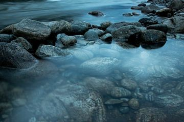 Stenen in het water, Noorwegen van Karijn   Fine art Natuur en Reis Fotografie