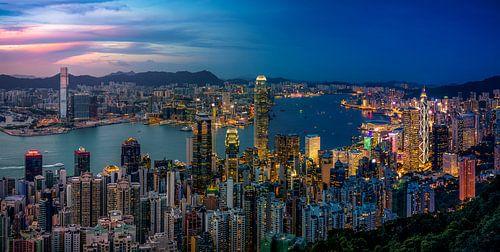 Uitzicht op de Victoria Baai in Hong Kong vanop de Victoria Peak van