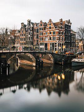Lekkeresluis straat met Prinsengracht straat (Jordaan), Amsterdam.
