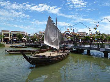 Zeilbootje in Hoi An Vietnam van Martin van den Berg Mandy Steehouwer